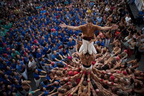 تلاش برای ساخت یک هرم انسانی در جریان یک جشنواره فرهنگی تابستانی در بارسلونا اسپانیا