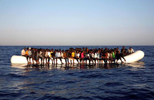 پناهجویان آفریقایی تبار عازم اروپا در سواحل لیبی