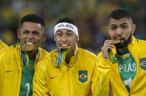شادمانی بازیکنان تیم ملی فوتبال برزیل از کسب قهرمانی در مسابقات المپیک ریو