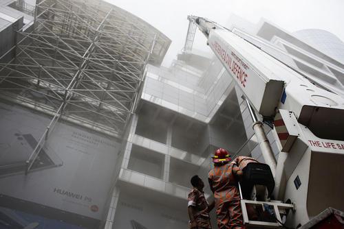 تلاش آتش نشانان برای خارج کردن مردم از داخل یک مرکز خرید آتش گرفته – داکا بنگلادش