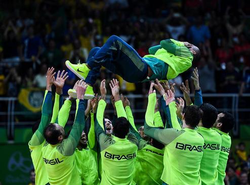 شادمانی بازیکنان تیم ملی والیبال برزیل از کسب قهرمانی المپیک