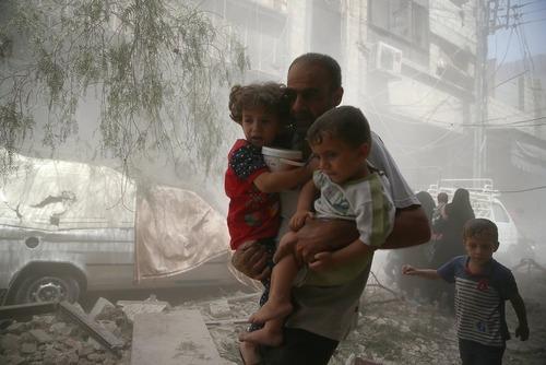 فرار یک پدر و فرزندانش از حمله هوایی – شهر دوما سوریه