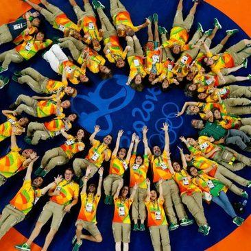 عکس دسته جمعی کارکنان و برگزار کنندگان مسابقات کشتی المپیک روی تشک پیش از آغاز مسابقات در واپسین روز کشتی های المپیک