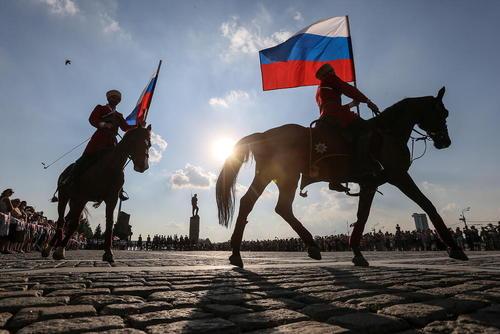 نمایش اعضای مدرسه سوارکاری مسکو در یکی از میادین این شهر در روز پرچم ملی فدراسیون روسیه