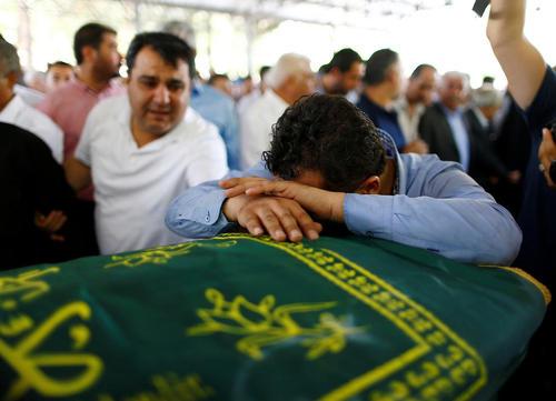 مراسم تشییع پیکر قربانیان حمله انتحاری شنبه شب به یک مراسم عروسی در شهر غازی آنتپ ترکیه