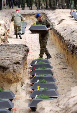 دفن بقایای اجساد 71 سرباز آلمانی در جریان جنگ دوم جهانی – آلمان