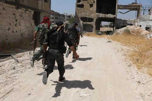 نیروهای شورشی در حال جنگ با نیروهای دولتی در حومه شهر دمشق سوریه