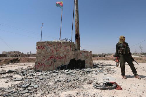 یک شبه نظامی از یگان های مدافع خلق کرد در شهر حسکه سوریه