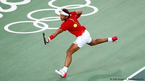 رافائل نادال (اسپانیا)/ در رتبه سوم پردرآمدترین چهرههای المپیک ۲۰۱۶ ریو رافائل نادال، رقیب سرسخت جوکوویچ قرار دارد که درآمد او بر ۵ / ۳۷ میلیون دلار در سال بالغ میشود. او اگرچه در فصل گذشته نتوانست در هیچیک از تورنمتهای گراند اسلم به قهرمانی دست یابد، اما با شرکتهای بزرگی چون کیا و نایکی قراردادهای تبلغیاتی کلانی دارد.