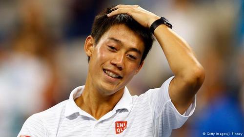 کی نیشیکوری (ژاپن)/ نیشوکوری، تنیسباز ژاپنی که در مسابقات المپیک ۲۰۱۶ ریو مدال برنز را کسب کرد، نخستین ژاپنی است که در سال ۲۰۱۴ به فینال یکی از تورنمنتهای گراند اسلم راه یافت. درآمد سالانه او بر ۵ / ۳۳ میلیون دلار بالغ میشود که ۳۰ میلیون دلار از آن از طریق قرارداد تبلیغاتی با ۱۵ اسپانسر گوناگون از جمله شرکتهای آدیداس، ویلسون و جاگوار حاصل میشود.