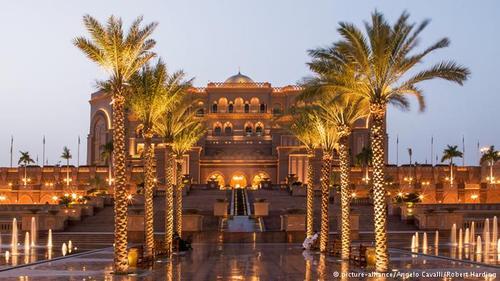 هتل قصر امارات در ابوظبی برای مدتها گرانترین ساختمان جهان محسوب میشد. ساخت این هتل که اداره آن برعهده مجموعه هتلهای زنجیرهای مجلل و گرانقیمت
