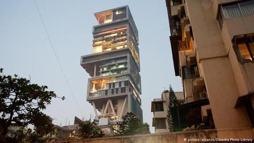 برج آنتیلا در مومبای یکی از ساختمانهای عجیب جهان است که توسط میلیاردر هندی موکش آمبانی ساخته شده است. در ساخت این برج از برجهای بابل الهام گرفته شده است که یکی از عجایب هفتگانه بهشمار میآید. موکش آمبانی تصمیم داشت خود در این ساختمان ۳۱ طبقه که ۲ میلیارد دلار هزینه برداشته، زندگی کند ولی این تصمیم را اجرا نکرد.
