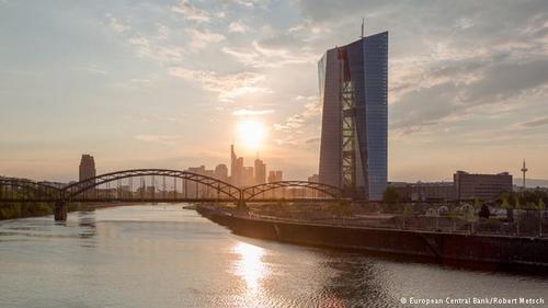 ساختمان بانک مرکزی اروپا که در فرانکفورت آلمان ساخته شده از دو برج به هم پیوسته تشکیل شده که هزینه آن در مجموع یک میلیارد و ۵۷۰ میلیون دلار بوده است.