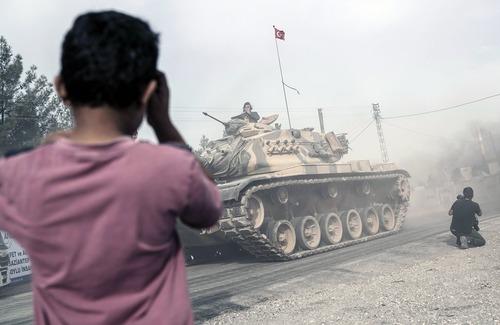 تانک های ارتش ترکیه در حال گذر از منطقه مرزی به سمت سوریه
