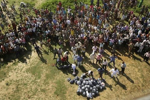 ریختن کمک با هلی کوپتر برای سیلزدگان در آلله آباد هند