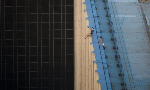 سلفی گرفتن روی لبه پشت بام ساختمان – هنگ کنگ