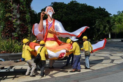 انتقال مجسمه به داخل پارکی ساحلی در سنگاپور برای آماده سازی محوطه برگزاری یک نمایشگاه پاییزه
