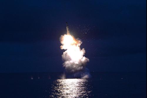 لحظه شلیک موشک از زیر دریایی کره شمالی