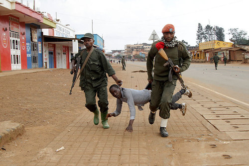 دستگیری یک معترض خیابانی از سوی نیروهای دولتی جمهوری دموکراتیک کنگو در شهر شمالی بوتمبو