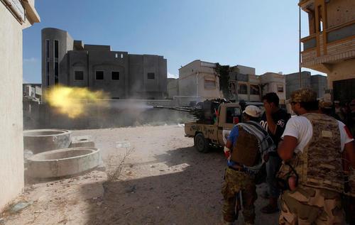 نیروهای دولتی لیبی در حال جنگ با داعش در حومه شهر سرت