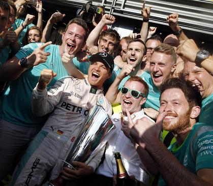 شادمانی اعضای تیم مرسدس آلمان از پیروزی در مسابقات اتومبیلرانی جایزه بزرگ فرمول یک در بلژیک