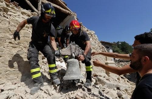 آواربرداری از یک کلیسای تخریب شده در مناطق زلزله زده ایتالیا
