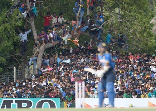 تماشای مسابقات دو تیم ملی کریکت سریلانکا و استرالیا از سوی طرفداران پرشمار این ورزش در استادیوم کریکت در شهر دامبولا سریلانکا