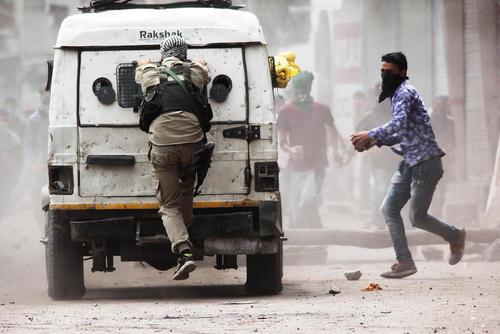 درگیری معترضان با واحدهای پلیس هند در سرینگر کشمیر