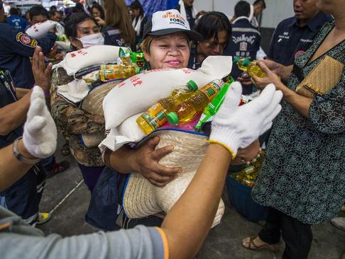 توزیع غذاو لباس بین مردم در آخرین روز ماه روزه از سوی معابد – بانکوک