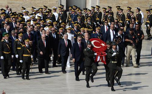 ادای احترام هیات دولت و رهبران احزاب سیاسی ترکیه در مقبره آتاترک در آنکارا در نودو چهارمین سالگرد روز پیروزی در ترکیه