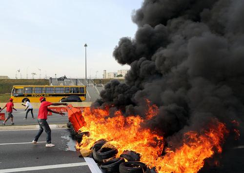 تظاهرات اعتراض آمیز هواداران دیلما روسف رییس جمهور تعلیق شده برزیل در اتوبانی در شهر سائوپائولو برزیل