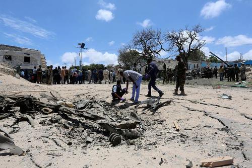 محل انفجار خودروی بمبگذاری شده گروه تروریستی الشباب در شهر موگادیشو سومالی