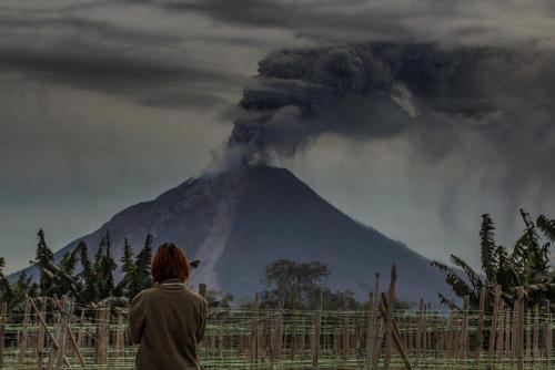فعالیت یک کوه آتشفشانی در کارو اندونزی