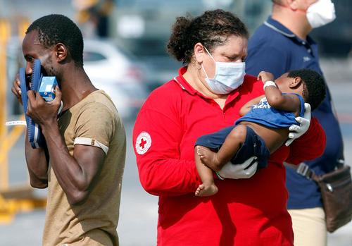 یک نوزاد پناهجوی آفریقایی در آغوش نیروی صلیب سرخ – ایتالیا