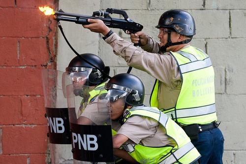 شلیک گاز اشک آور از سوی پلیس ونزوئلا به سمت معترضان به دولت – کاراکاس