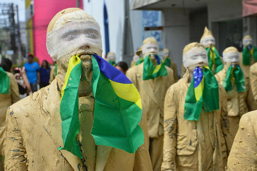 تظاهرات سکوت در حمایت از خانم دیلما روسف رییس جمهوری معزول برزیل از سوی گروهی از هنرمندان تئاتر در شهر سائوپائولو برزیل