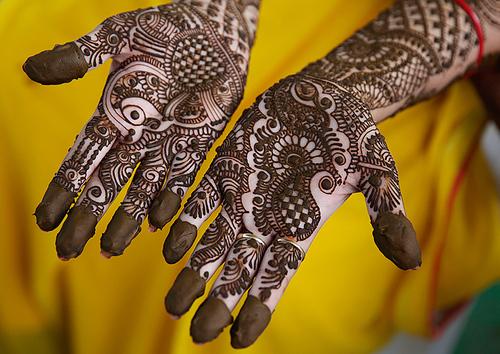 رنگ آمیزی دست ها در جریان جشنواره سنتی تیج در شهر الله آباد هند