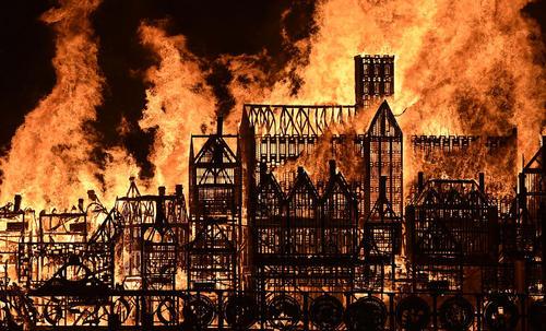 سوزاندن یک ماکت از قرن هفدهم شهر لندن در سیصدو پنجاهمین سالگرد آتش سوزی بزرگ در پایتخت بریتانیا
