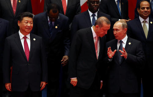 صحبت های درگوشی ولادیمیر پوتین و رجب طیب اردوغان رهبران روسیه و ترکیه در حاشیه گرفتن عکس یادگاری سران شرکت کننده در نشست جی بیست