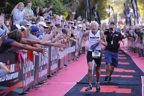 پیرمرد 80 ساله نیوزیلندی در خط پایان مسابقه مردان آهنین در کویینزلند استرالیا