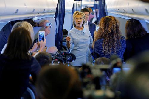 هیلاری کلینتون نامزد دموکرات انتخابات ریاست جمهوری آمریکا در هواپیمای شخصی جدید کارزار انتخاباتی خود در حال مصاحبه با خبرنگاران– نیویورک