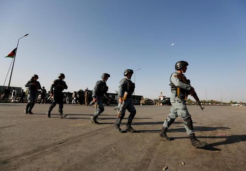 استقرار نیروهای پلیس افغانستان در محل حمله انتحاری روز دوشنبه در شهر کابل
