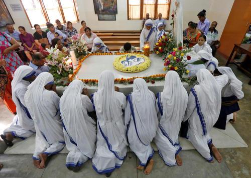 مراسم سالگرد درگذشت مادر ترزا در آرامگاه او در کلکته هند