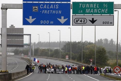 معترضان فرانسوی با تظاهرات در یک شاه راه خواستار بسته شدن اردوگاه پناهجویان موسوم به
