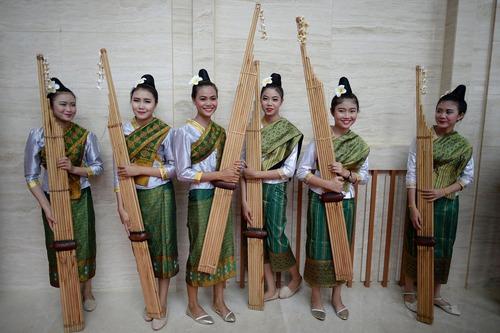 نوازنده های یک ساز سنتی در آیین گشایش بیست و هشتمین نشست سران کشورهای جنوب شرق آسیا (آ. سه . آن ) در شهر وینتیان لائوس