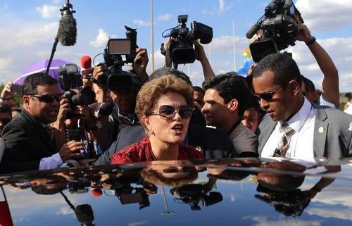 دیروز تلویزیون دولتی برزیل لحظه خروج روسف از اقامتگاه ریاست جمهوری در میان استقبال هوادارانش را نشان داد