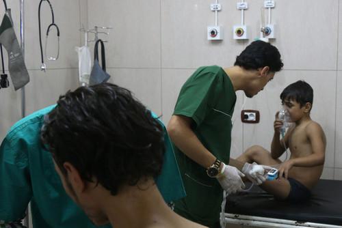 پزشکان در حال مداوای زخمی ها در یک بیمارستان صحرایی در حومه شهر حلب سوریه