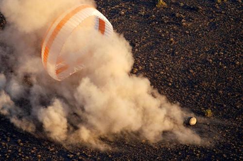 فرود موفق کپسول فضاپیمای سایوز حامل یک فضا نورد آمریکایی و دو فضانورد روسی . سه فضانورد پس از فرود به قزاقستان در لباس سنتی قزاق کنفرانس خبری برگزار کردند – قزاقستان
