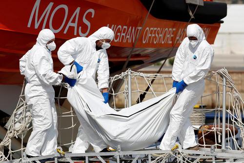 حمل جنازه یک پناهجوی آفریقایی جان باخته در آب های سواحل سیسیل ایتالیا