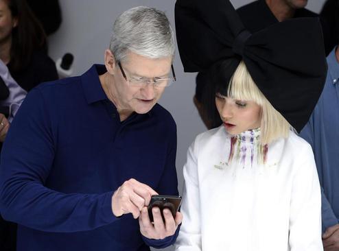 تیم کوک مدیر شرکت اپل در حال رونمایی از تلفن همراه جدید تولیدی این شرکت – سانفرانسیسکو